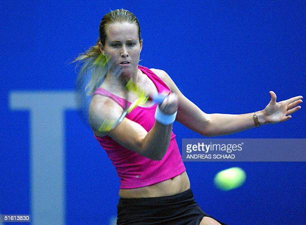 Meghann Shaughnessy vies in the single women's quarter-final in the Linz Open Tennis EA-Generali tournament 29 October 2004 in Vienna.