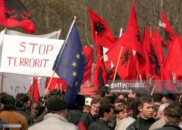 Mehr als 40000 KosovoAlbaner demonstrieren am 2531998 in Bonn für die Unabhängigkeit ihrer Heimat Parallel zum Außenministertreffen über die Lösung...