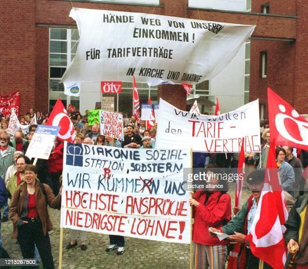 Mehrere hundert gewerkschaftlich organisierte DiakonieMitarbeiter demonstrieren am 1661998 vor dem Kirchenamt der evangelischlutherischen Kirche...