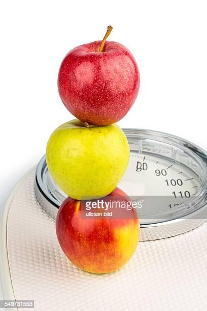 Mehrere Äpfel auf einer Waage für Personen Symbolfoto für Diät und gesunde vitaminreiche Ernährung