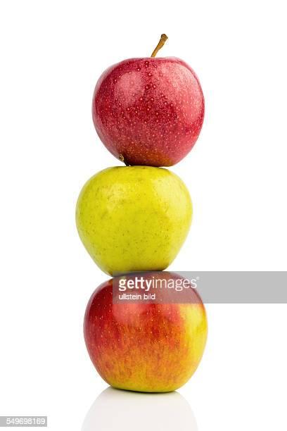Mehrere Äpfel auf weißem Hintergrund Symbolfoto für Diät und gesunde vitaminreiche Ernährung