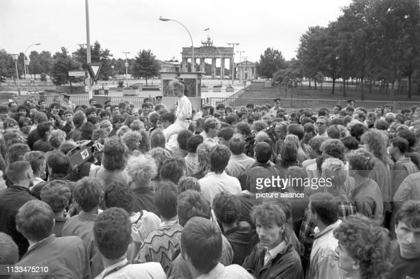 Mehrere tausend DDR-Bürger haben sich am Abend des vor dem Brandenburger Tor in Ost-Berlin versammelt. Sie wollen dem Konzert zuhören, dass der...