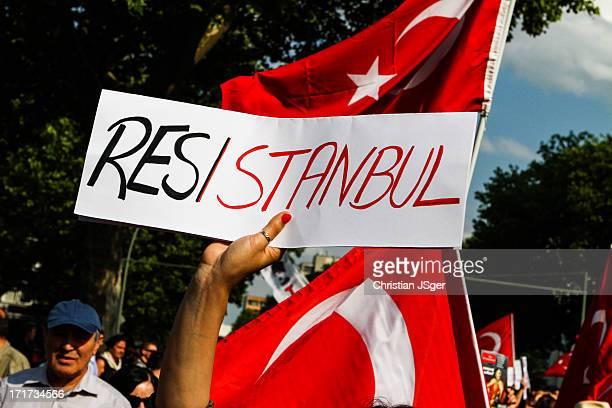 CONTENT] Mehrere tausend türkischstämmige Berliner demonstrierten gegen die aktuelle Politik von Rayyip Erdogan und die AKP in der Türkei Anlass sind...