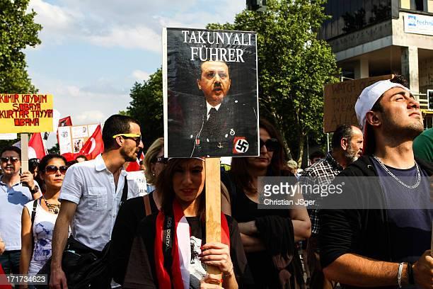 Mehrere tausend türkischstämmige Berliner demonstrierten gegen die aktuelle Politik von Rayyip Erdogan und die AKP in der Türkei. Anlass sind die...
