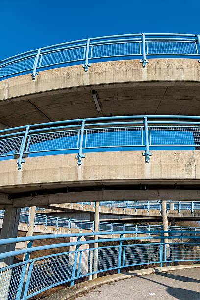 Mehrgeschossige Fußgängerbrücke Pictures | Getty Images