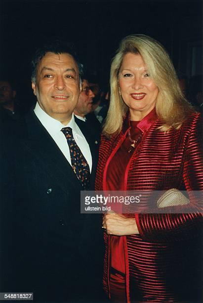 Mehta Zubin * Musiker Dirigent Indien mit Ehefrau Nancy Kovack amerikanische Schauspielerin 1995