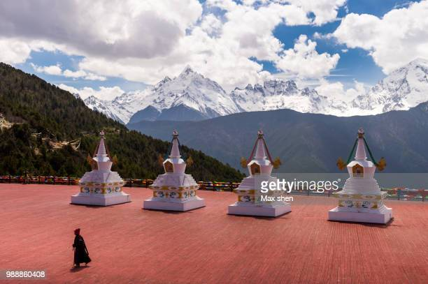 meili snow mountain and praying stupas - yunnan province stock pictures, royalty-free photos & images