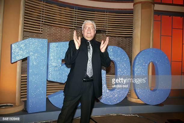 Meiser Hans * Fernsehmoderator D Halbportrait in seiner 1500 Talkshow 'Hans Meiser' Januar 2000
