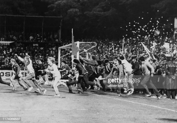 Meisterschaft NLA 1980/81: GC - FC Zürich; FCZ-Fans stürmen nach dem Schlusspfiff das Spielfeld