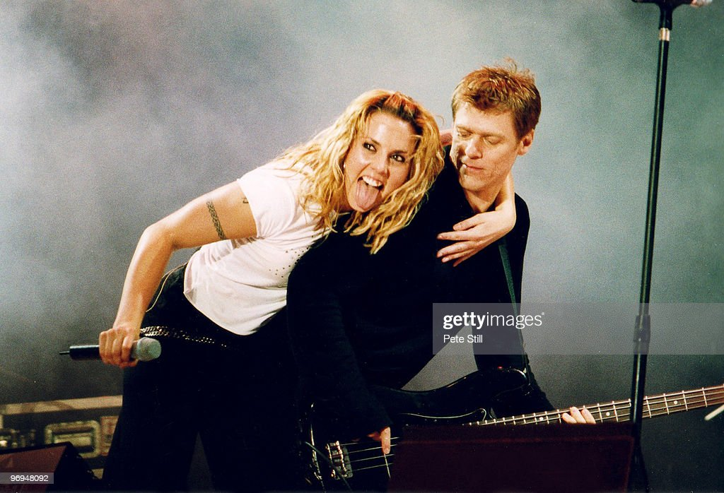 Mel C and Bryan Adams Perform At The Party In The Park In 2000 : News Photo