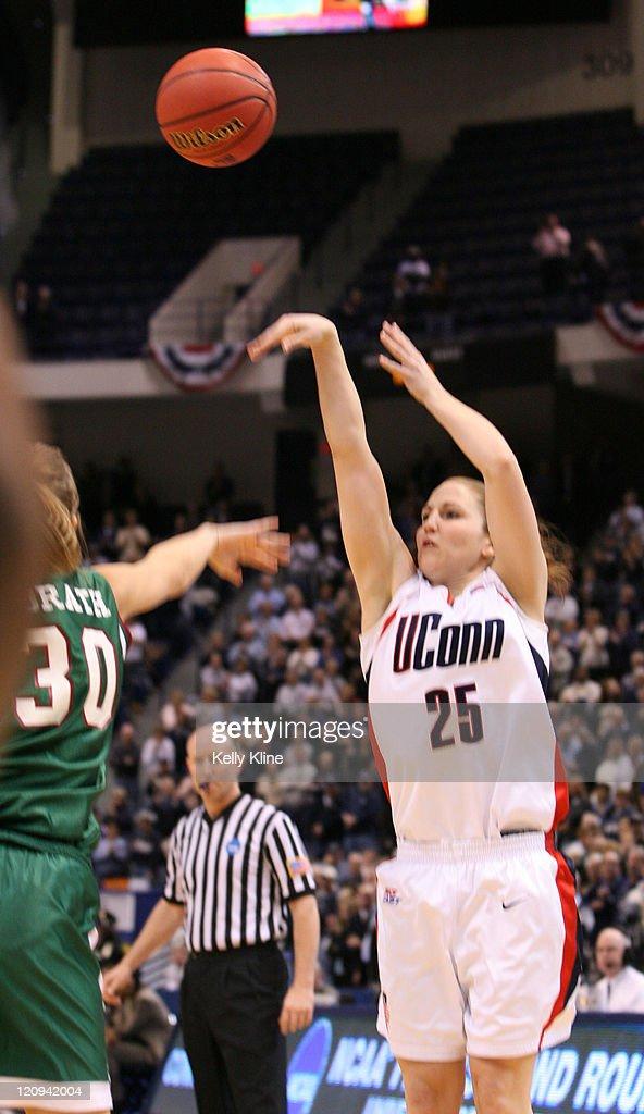 NCAA Women's Basketball - 2007 NCAA Tournament - Second Round - University Wisconsin Green Bay vs Connecticut : News Photo