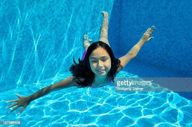 Melanie under water