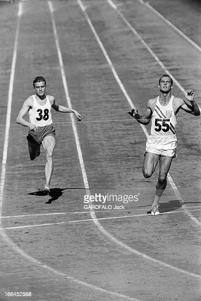 Melbourne Olympic Games 1956 A Melbourne en Australie les XVIèmes Jeux Olympiques d'été du 22 novembre au 8 décembre à droite l'américain Robert...