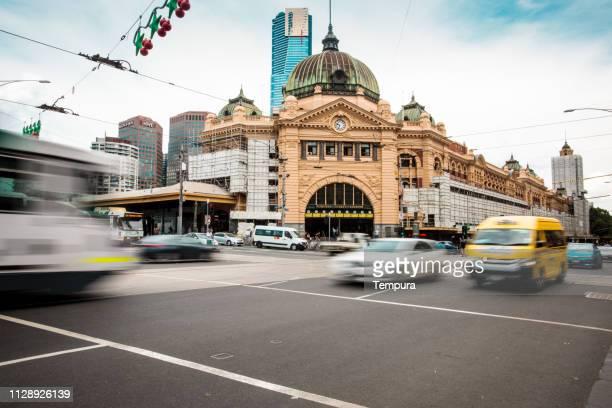 estação com tráfego em movimento borrão de trem de melbourne. - melbourne austrália - fotografias e filmes do acervo