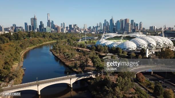 melbourne yarra skyline van de rivier - docklands stadion melbourne stockfoto's en -beelden