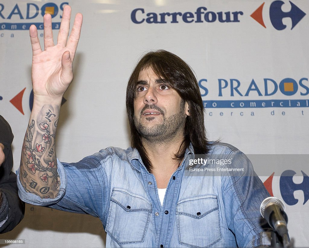 Melendi signs copies of his new album 'Lagrimas desordenadas' at Los Prados Store on November 17, 2012 in Oviedo, Spain.
