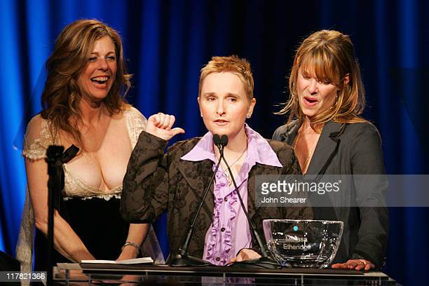 Melissa Etheridge accepts the 2006 Courage Award from Rita Wilson and Kate Capshaw
