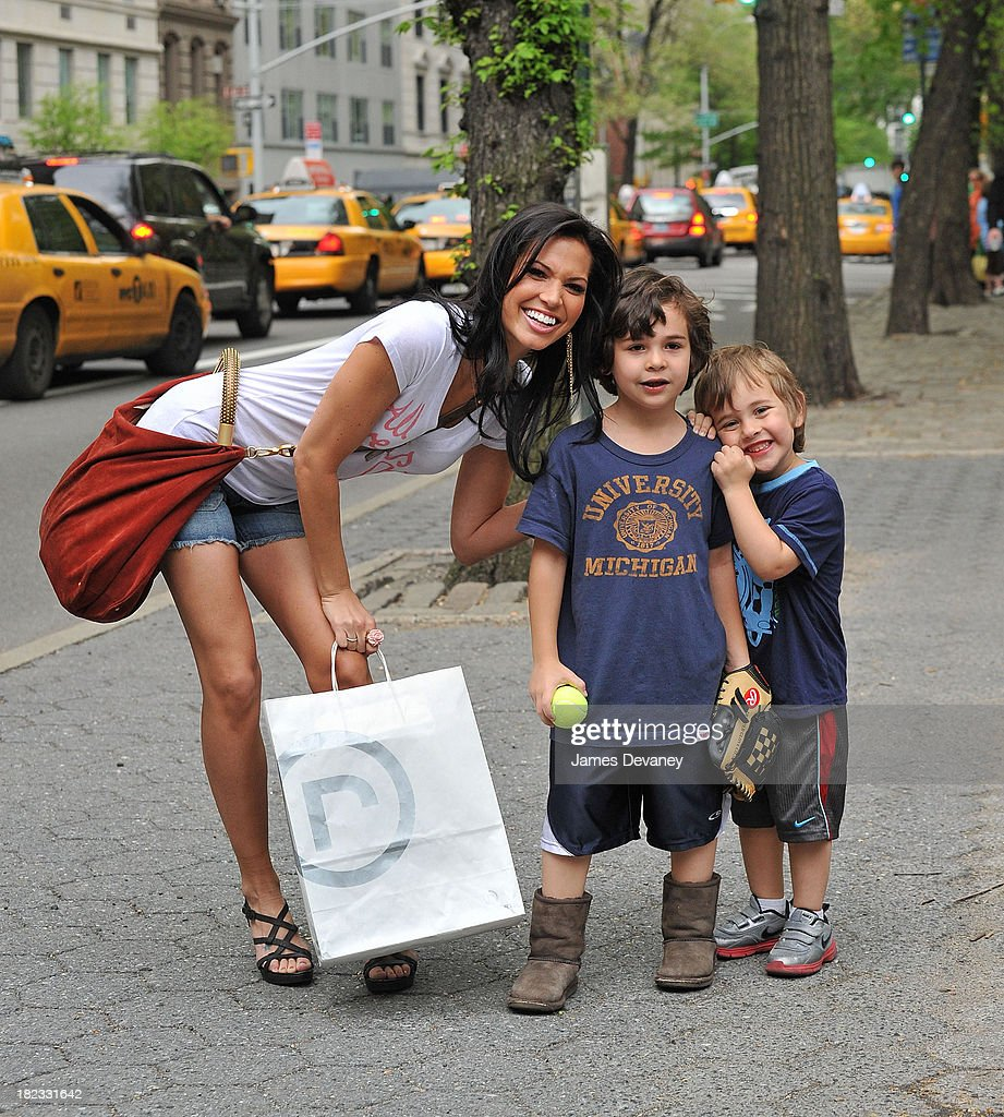 Melissa Rycroft poses with fans in her Rockport sandals on April 22, 2010 in New York City.