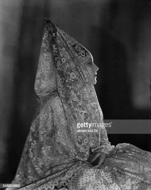 Meller Raquel Actress Singer Spain *10031888 portrait in profile in a mantillastyle lace scarf 1927 Photographer James E Abbe Published by 'Die Dame'...