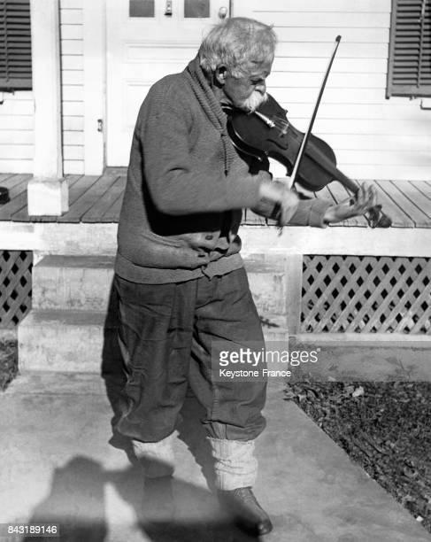 Mellie' de son vrai nom AM Dunham joue du violon devant sa maison dont il s'éloigne rarement et est bien connu dans la région pour être l'un des plus...
