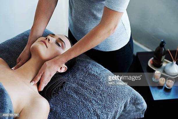melting her troubles away with a soothing massage - alternatieve geneeswijzen stockfoto's en -beelden