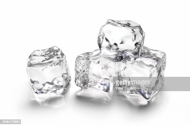 melting ice with copy space - ice cube - fotografias e filmes do acervo