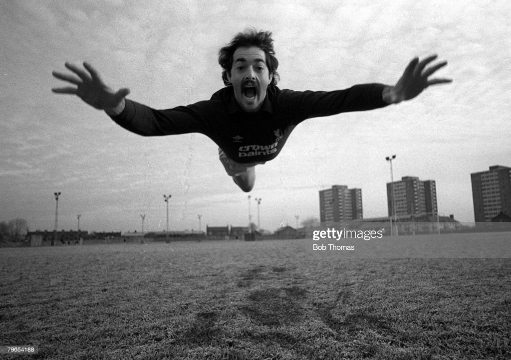 """1983, Melwood, Liverpool, Liverpool's """"Mad-Cap"""" Zimbabwean goalkeeper Bruce Grobbelaar clowns around in training, as he appears to be mimicking Superman : Nachrichtenfoto"""