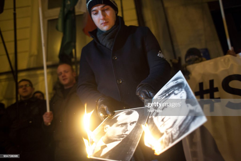 Polish nationalists burn Stepan Bandera image