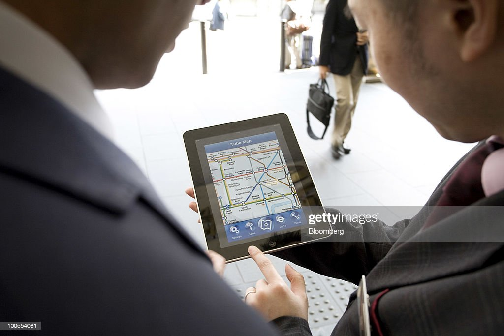 A member of the concierge staff at the InterContinental Hotel uses an Apple Inc. iPad to assist a guest in London, U.K., on Tuesday, May 25, 2010. The popularity of the iPad will spur a sixfold increase in industrywide shipments of tablet computers by 2014, research firm IDC said. Photographer: Chris Ratcliffe/Bloomberg via Getty Images