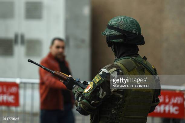A member of the Egyptian special forces stands guard in front of the National Election Authority in Cairo on January 29 2018 / AFP PHOTO / MOHAMED...