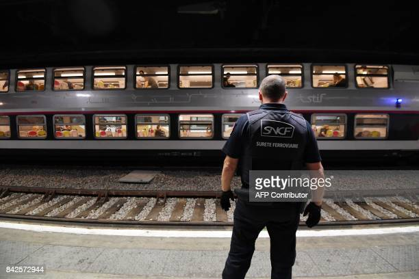 A member of the Ile de France region rail police is pictured at a subway station on September 4 2017 in Paris / AFP PHOTO / ALAIN JOCARD
