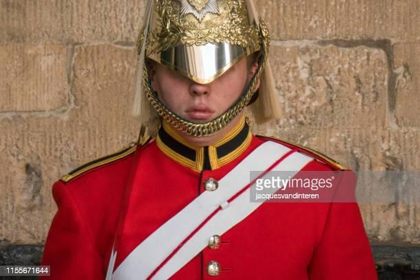 ロンドンの宮殿の馬の監視の前でヘルメットが付いている従来のボディ鎧の王室の馬の看守のメンバー、イギリス - 近衛兵 ストックフォトと画像