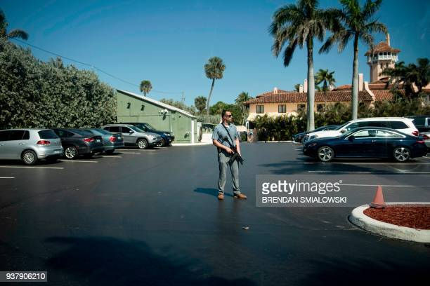 A member of the Secret Service stands guard while US President Donald Trump visits his property March 25 2018 in Palm Beach Florida / AFP PHOTO /...