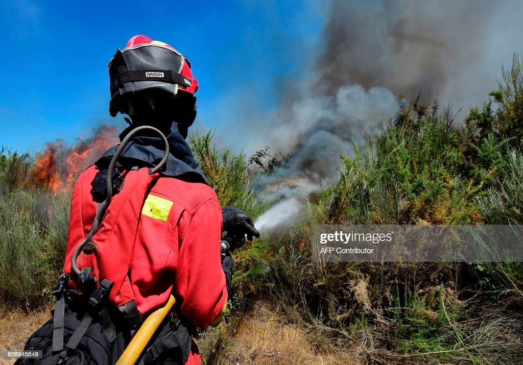 A member of the UME fights a wildfire in Vilardevos