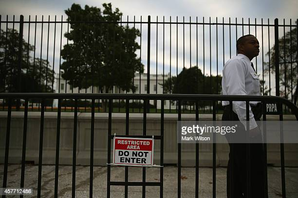 A member of the US Secret Service stands guard in front of White House October 23 2014 in Washington DC Last evening Dominic Adesanya of Bel Air...