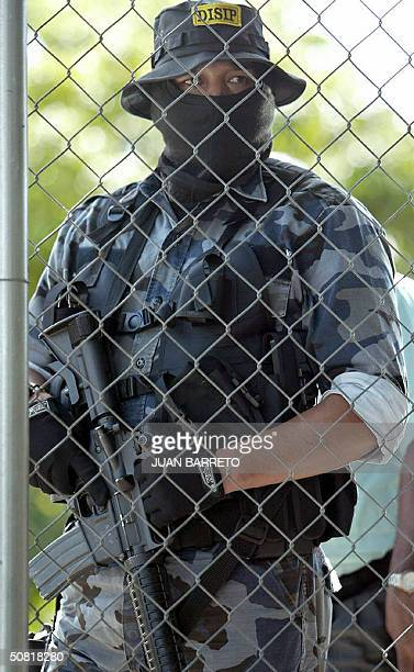 A member of the Venezuelan Intelligence and Prevention General Direction guards in front of the military district attorneys office 09 May 2004 in...