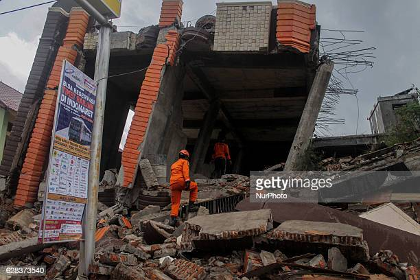 Member rescue team to evacuate victims of the earthquake with 65 Richter scale in Pidie Jaya Aceh province Indonesia on December 7 2016 According to...
