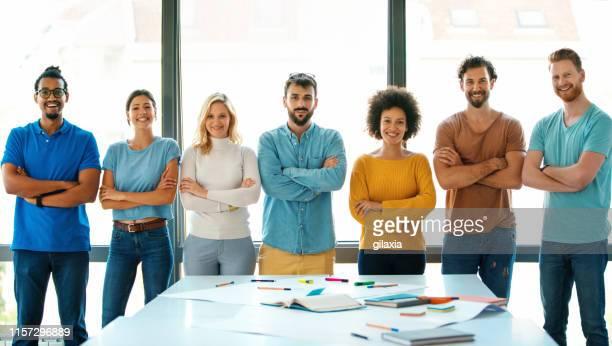 デザインスタートアップ企業のメンバー。 - ウェブデザイナー ストックフォトと画像