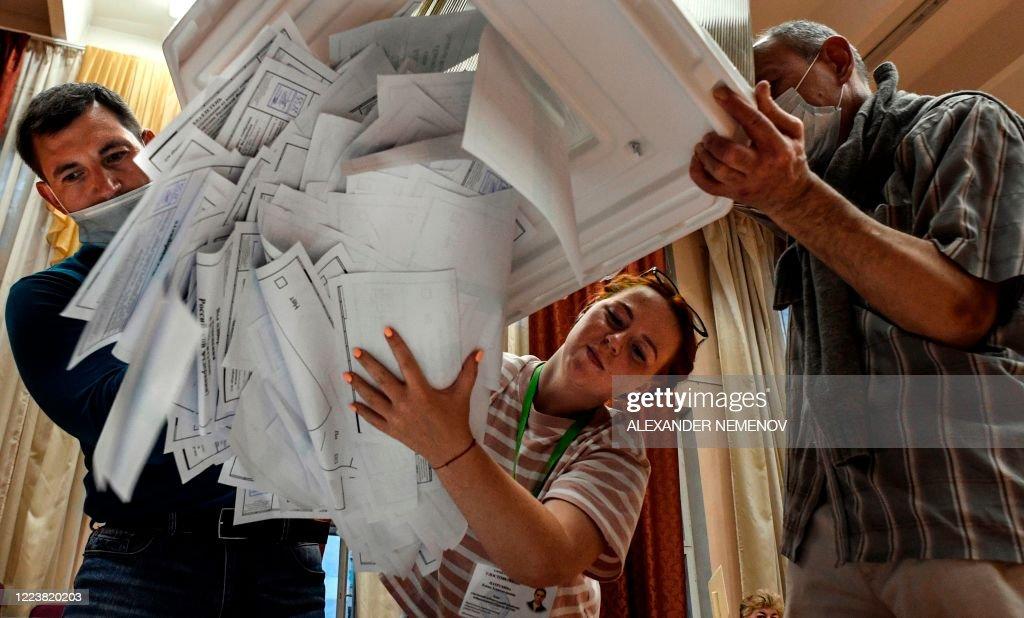 RUSSIA-VOTE-CONSTITUTION-VIRUS : News Photo