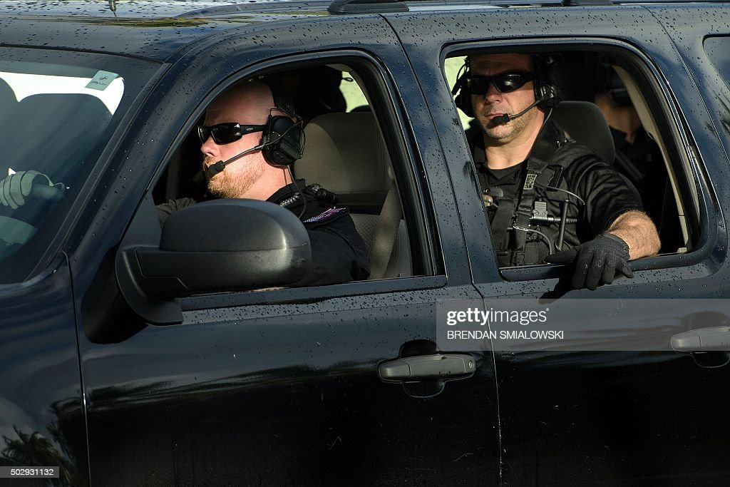 Members of a Secret Service counter assault team are seen escorting US President Barack Obama while traveling to Marine Corps Base Hawaii to visit the gym December 30, 2015 in Kailua, Hawaii. Obama and the First Family are in Hawaii for vacation.