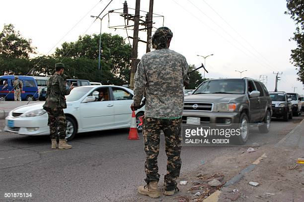 Members of Aden's police force man a checkpoint in the main southern Yemeni city on December 18 2015 AFP PHOTO / SALEH ALOBEIDI / AFP / SALEH ALOBEIDI