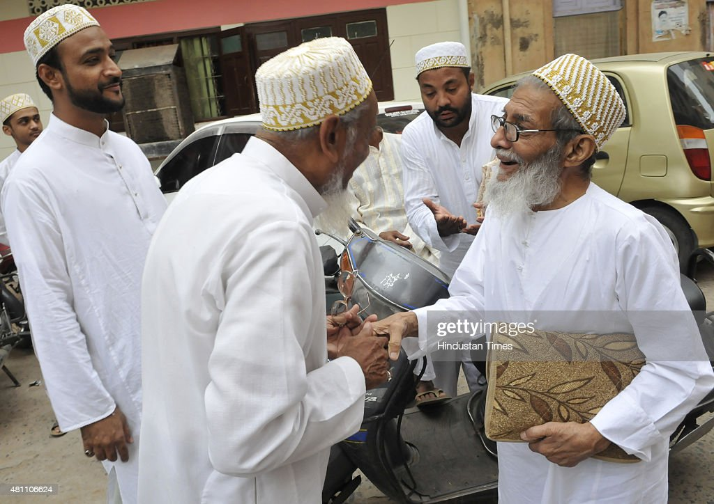 Photos et images de bohra muslims celebrate eid al fitr getty images members of bohra muslim community greeting each other on the occasion of eid at aliganj on m4hsunfo