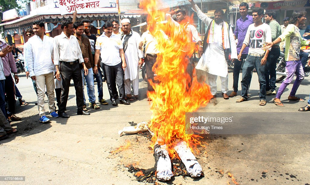 Members of Congress burning the effigy of Union Minister Sushma Swaraj against Foreign Minister Sushma Swaraj for allegedly helping scamtainted...