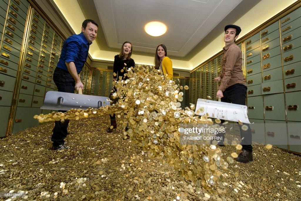 SWITZERLAND-ECONOMY-INCOME-VOTE : News Photo
