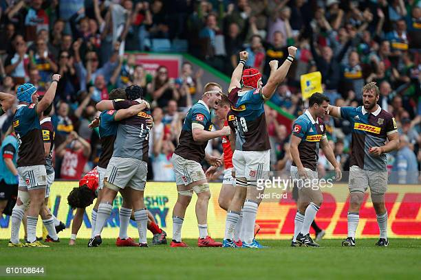 Members of Harlequins rugby team celebrate their victory over Saracens during the Aviva Premiership match between Harlequins and Saracens at...