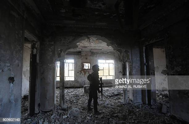 TOPSHOT Members of Iraq's elite counterterrorism service search a heavily damaged building on December 27 2015 in the Hoz neighbourhood in central...