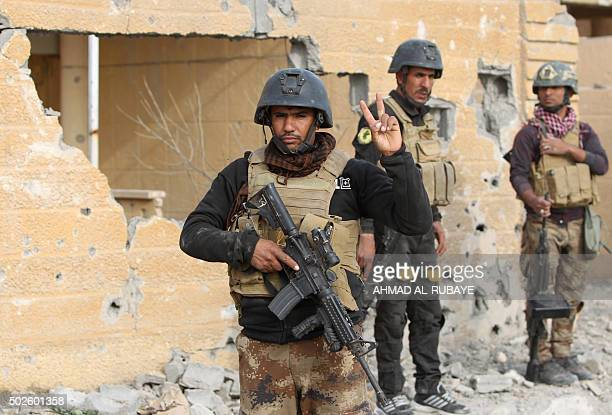 Members of Iraq's elite counterterrorism service stand on December 27 2015 in the Hoz neighbourhood in central Ramadi the capital of Iraq's Anbar...