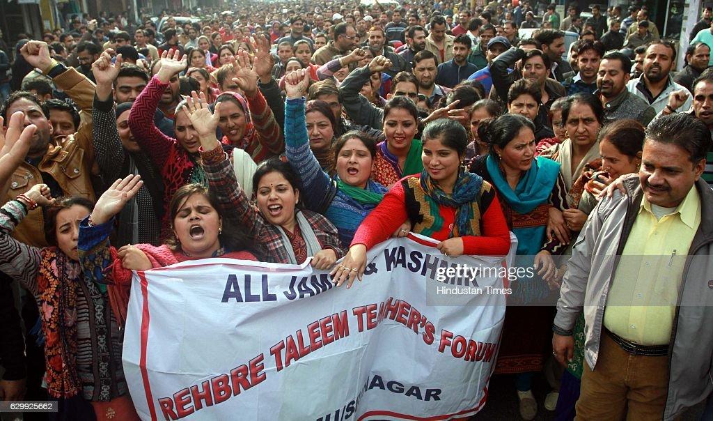 Members of J&K Rehbar-E-Taleem Teachers' Forum shout slogans