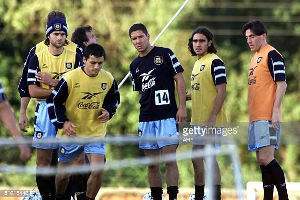 Members of the Argentine soccer team train 06 July 1999 in Asuncion Los miembros de la seleccion argentina de futbol Mauricio Pochettino Nelson Vivas...