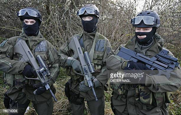 Members of the Austrian Army's Special Forces Jagdkommando are pictured 23 November 2007 in Goetzendorf northeastern Austria during a preperation...